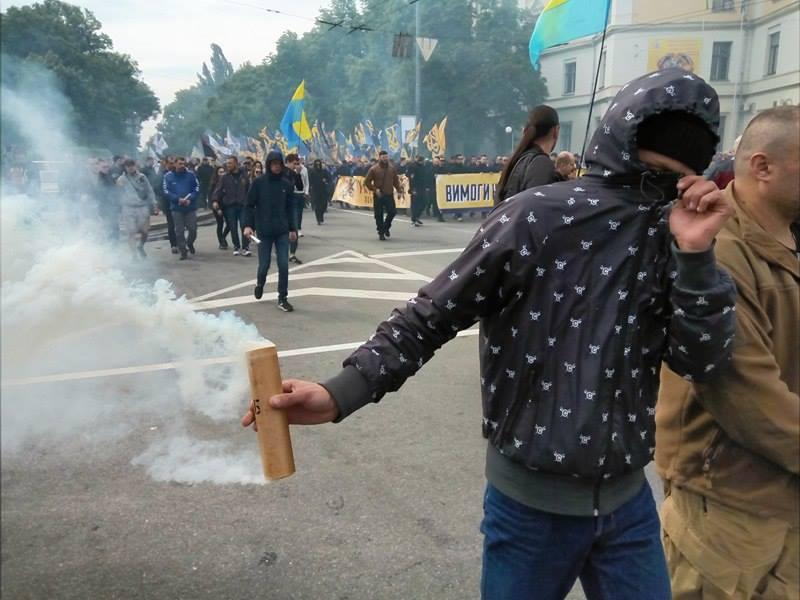 """13250369_1194035147296846_1502507456_n Под стенами ВР проводят марш тысячи """"азовцев"""" с дымовыми шашками (фото)"""