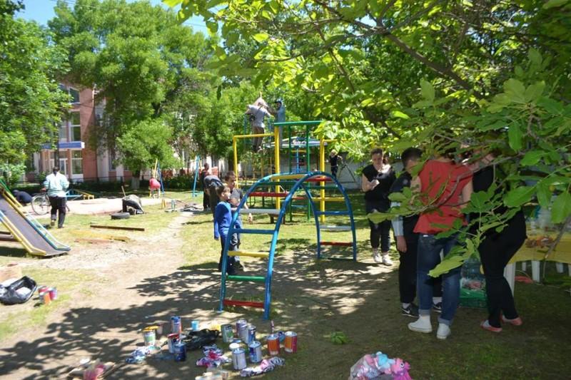 13254036_2019988664892452_4310943535151269727_n-e1463489456212 Фоторепортаж: как в Килие всем городом детскую площадку восстанавливали
