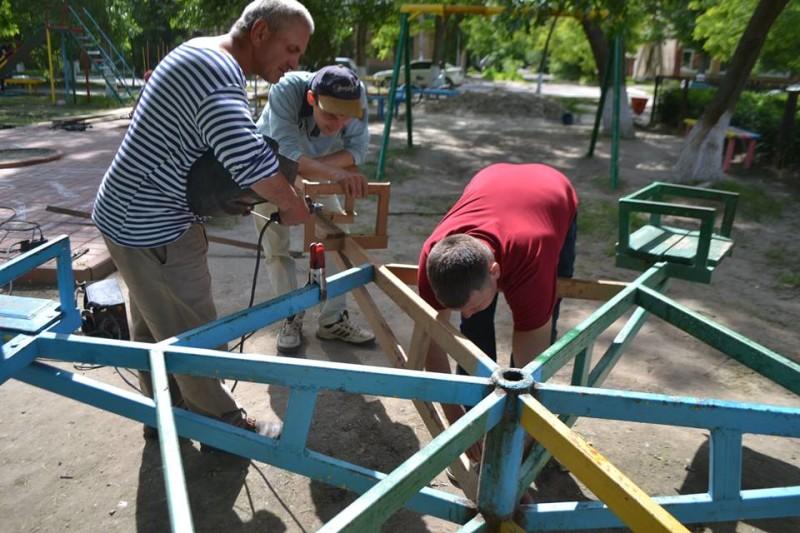 13260225_2019986628225989_2315372047147141100_n-e1463489260349 Фоторепортаж: как в Килие всем городом детскую площадку восстанавливали