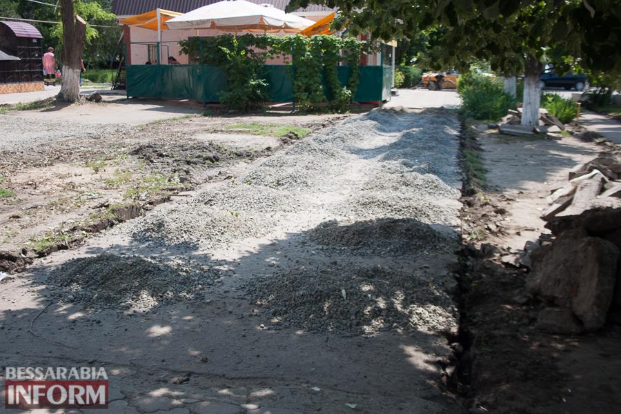 Фотоотчет: в Измаиле ремонтируют внутридомовые подъезды и подъездные пути