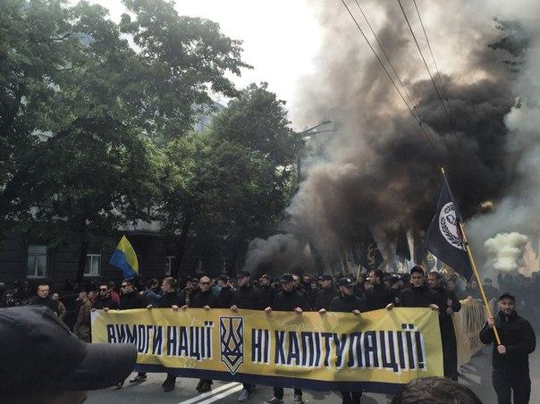 """RkyNCSaz2wk Под стенами ВР проводят марш тысячи """"азовцев"""" с дымовыми шашками (фото)"""