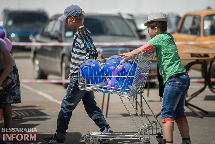 """Измаил: сотни любителей холодного и сладкого """"захватили"""" парковку у """"Таврия В"""" (ФОТО)"""