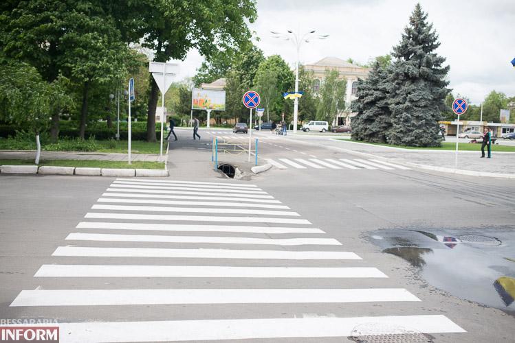 """SME_4017 Белым по черному - в Измаиле обновляют """"зебры"""" (фото)"""