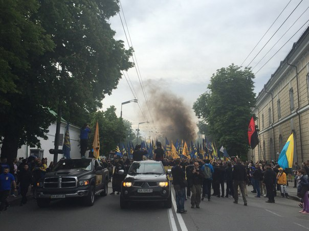 """drZv-9XibiI Под стенами ВР проводят марш тысячи """"азовцев"""" с дымовыми шашками (фото)"""