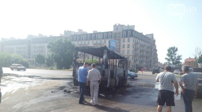 В Одессе дотла сгорела маршрутка (фото)
