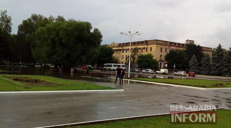 5750598c65add_MWdyHenVeqA Всеизмаильский потоп: затрудненное транспортное движение и пруд на Площади Победы (ФОТО)