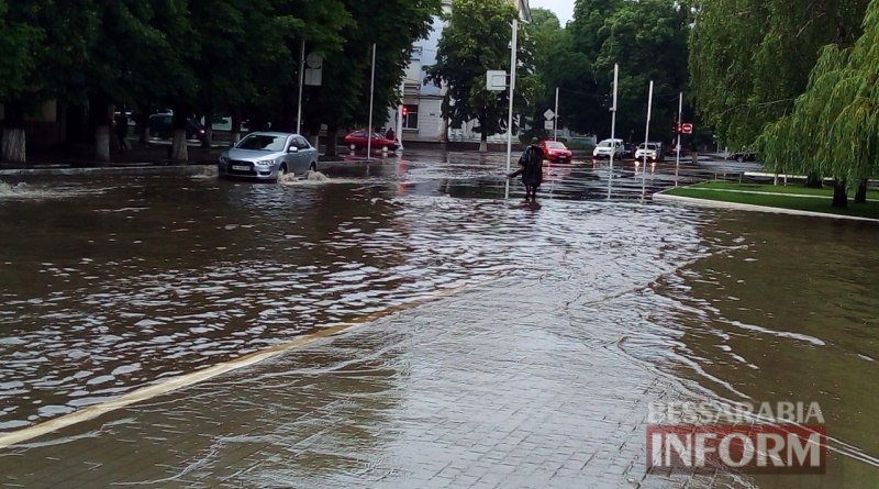 Всеизмаильский потоп: затрудненное транспортное движение и пруд на Площади Победы (ФОТО)