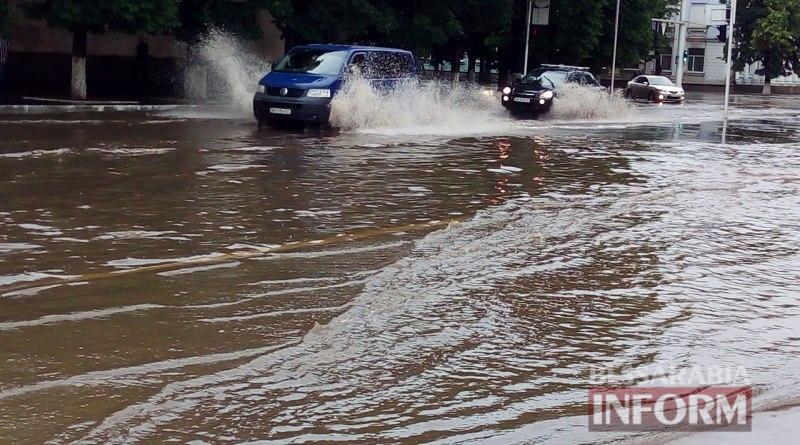5750598c76a49_gYXXq5M2bvE Всеизмаильский потоп: затрудненное транспортное движение и пруд на Площади Победы (ФОТО)