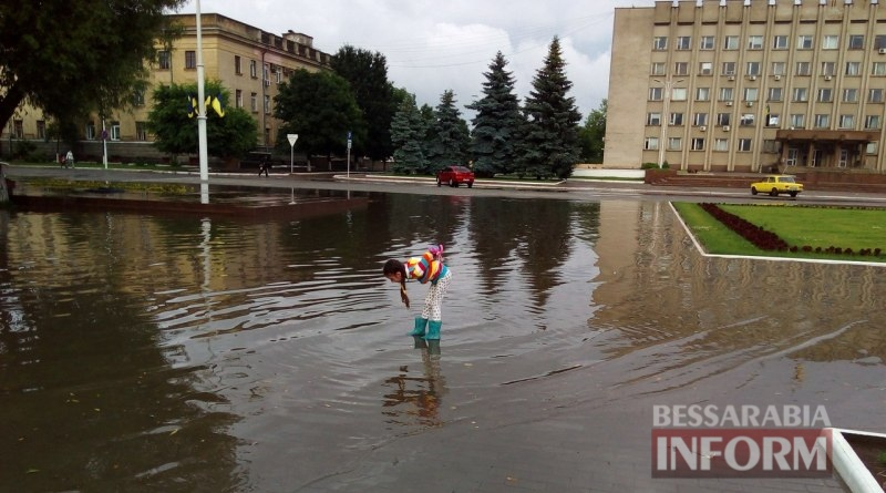 5750598ce4038_RuJpMfgCu_I Всеизмаильский потоп: затрудненное транспортное движение и пруд на Площади Победы (ФОТО)