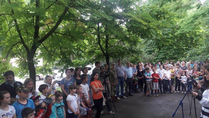Kd3ANE0RzSc В Килие открыли мемориальную доску бойцу погибшему в АТО (ФОТО)