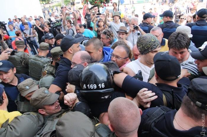 picturepicture_76457515153174_28651 В Одессе под горсоветом горели шины и использовали слезоточивый газ