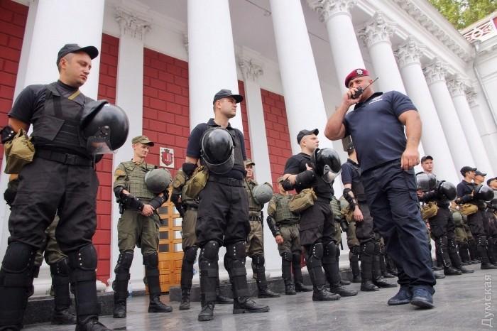 picturepicture_88147184153155_36269 В Одессе под горсоветом горели шины и использовали слезоточивый газ