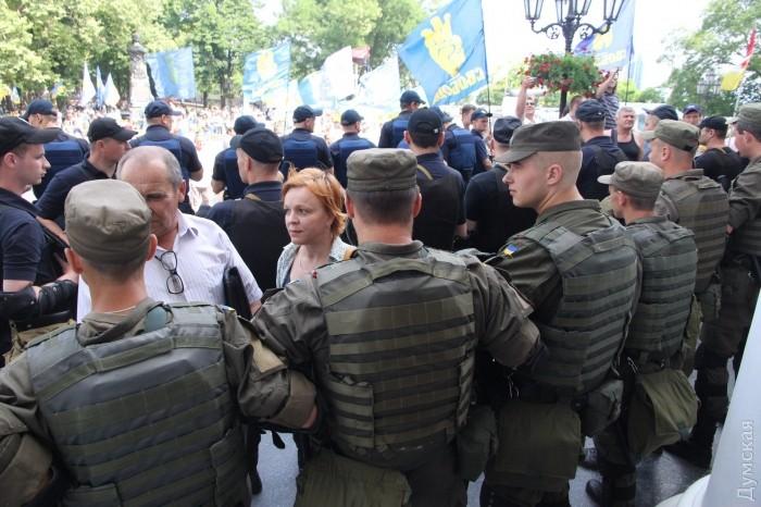 В Одессе под горсоветом горели шины и использовали слезоточивый газ