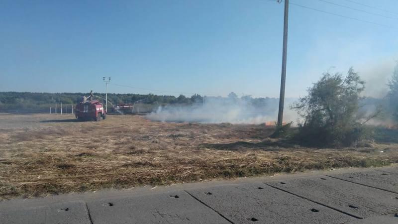 В Килие из-за загоревшейся сухой травы могла вспыхнуть нефтебаза (фото)