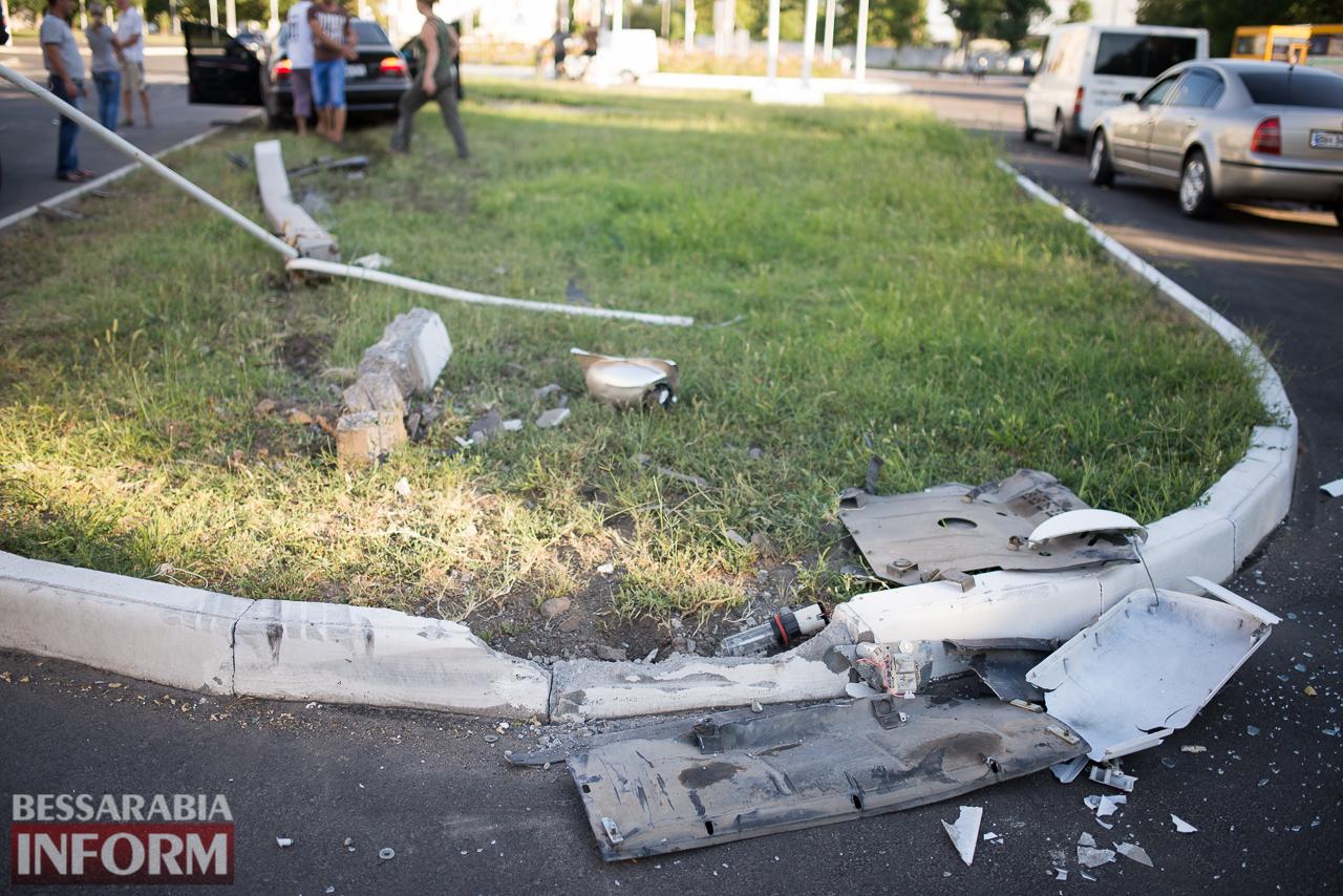 ДТП в Измаиле: возле ЖД вокзала водитель BMW на большой скорости снес столб (фото)