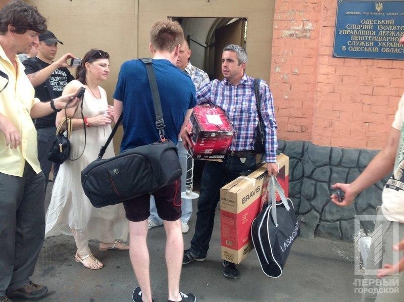 VYtNmABNjY Бывший военком Одесской области вышел из СИЗО под огромный залог, с плазмой и мультиваркой подмышкой