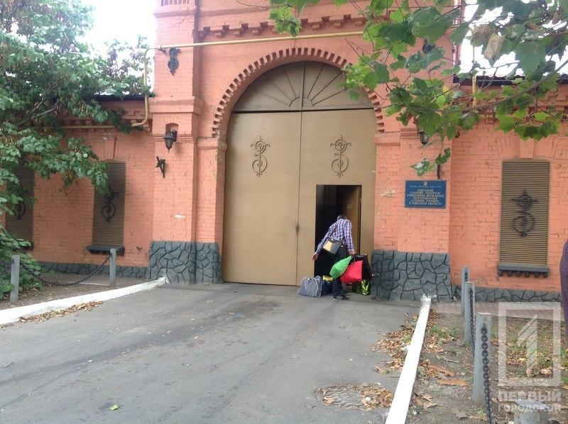 WE9t06jJAsU Бывший военком Одесской области вышел из СИЗО под огромный залог, с плазмой и мультиваркой подмышкой