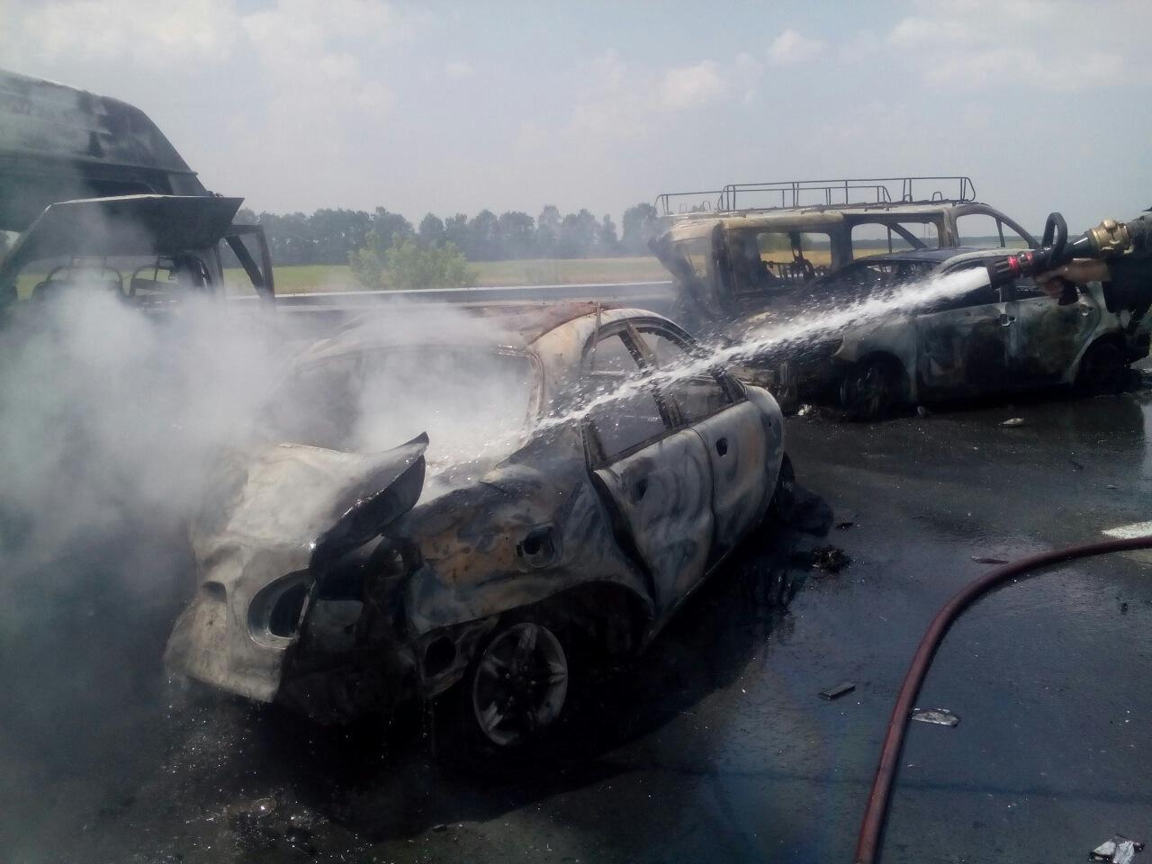 Еще одно масштабное ДТП из-за пожара на поле: сгорело пять автомобилей, есть погибшие