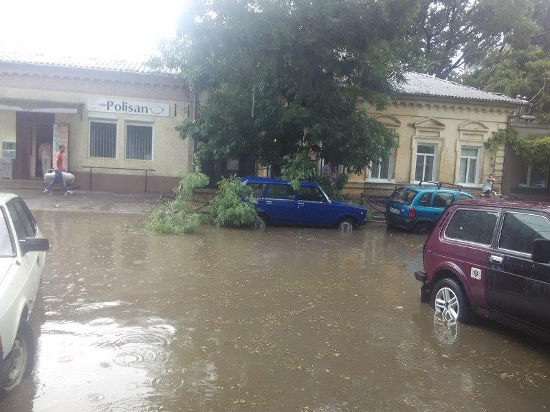 Шквальный ветер в Измаиле поломал деревья и пообрывал провода (ФОТО)