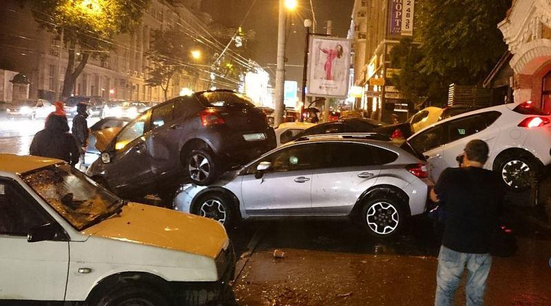 wx1080-2 На город, куда сбежал Янукович, обрушилась стихия: вода смывала машины и людей (фото и видео)