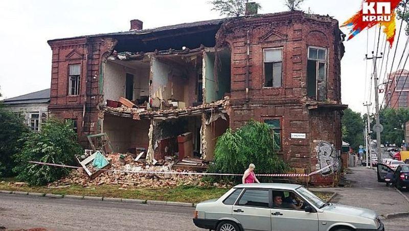 wx1080-3 На город, куда сбежал Янукович, обрушилась стихия: вода смывала машины и людей (фото и видео)