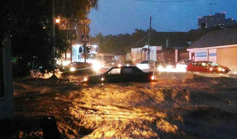 wx1080 На город, куда сбежал Янукович, обрушилась стихия: вода смывала машины и людей (фото и видео)
