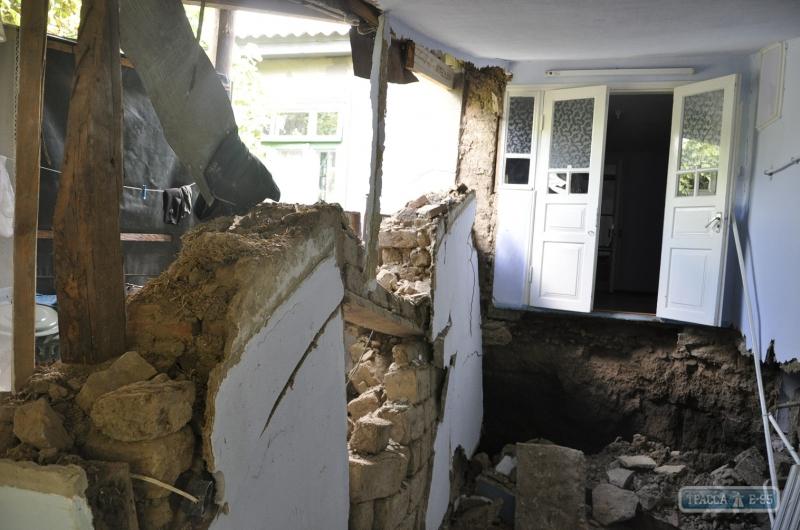 101068-zhiloj-dom-provalilsya-pod-zemlyu-v-bolgrade-foto-big В Болграде провалился под землю жилой дом (фото)