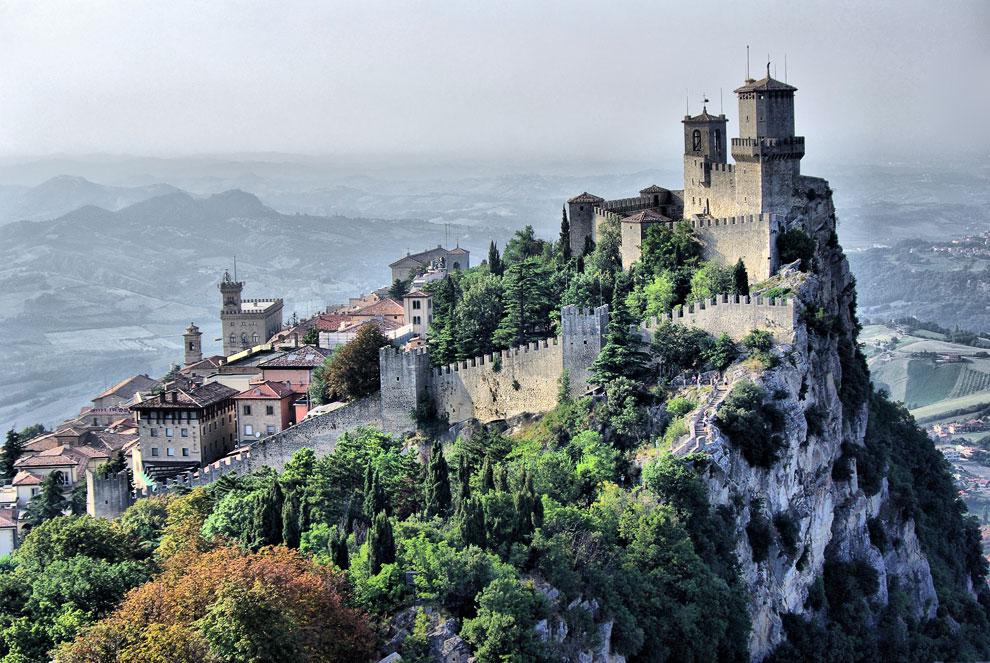 Прекрасный вид на скалы Сан - Марино
