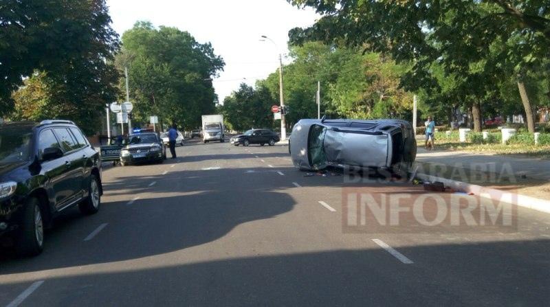 Измаил: на проспекте Суворова в результате ДТП перевернулся автомобиль (фото)
