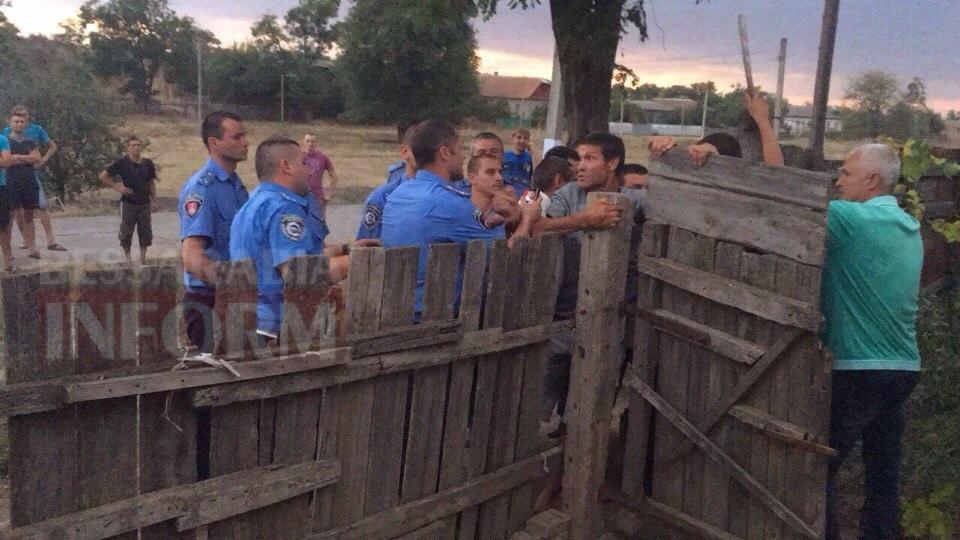 Измаильский р-н: из-за убийства ребенка в Лощиновке местные жители крушили цыганские дома (фото и видео)