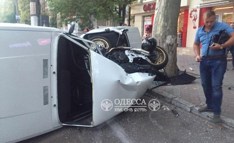 В Одессе байкер на огромной скорости врезался в припаркованный автомобиль (фото)
