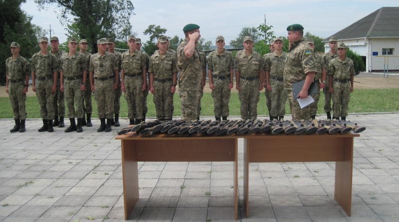 Солдатам-срочникам отдела пограничной службы «Болград»  вручили личное оружие