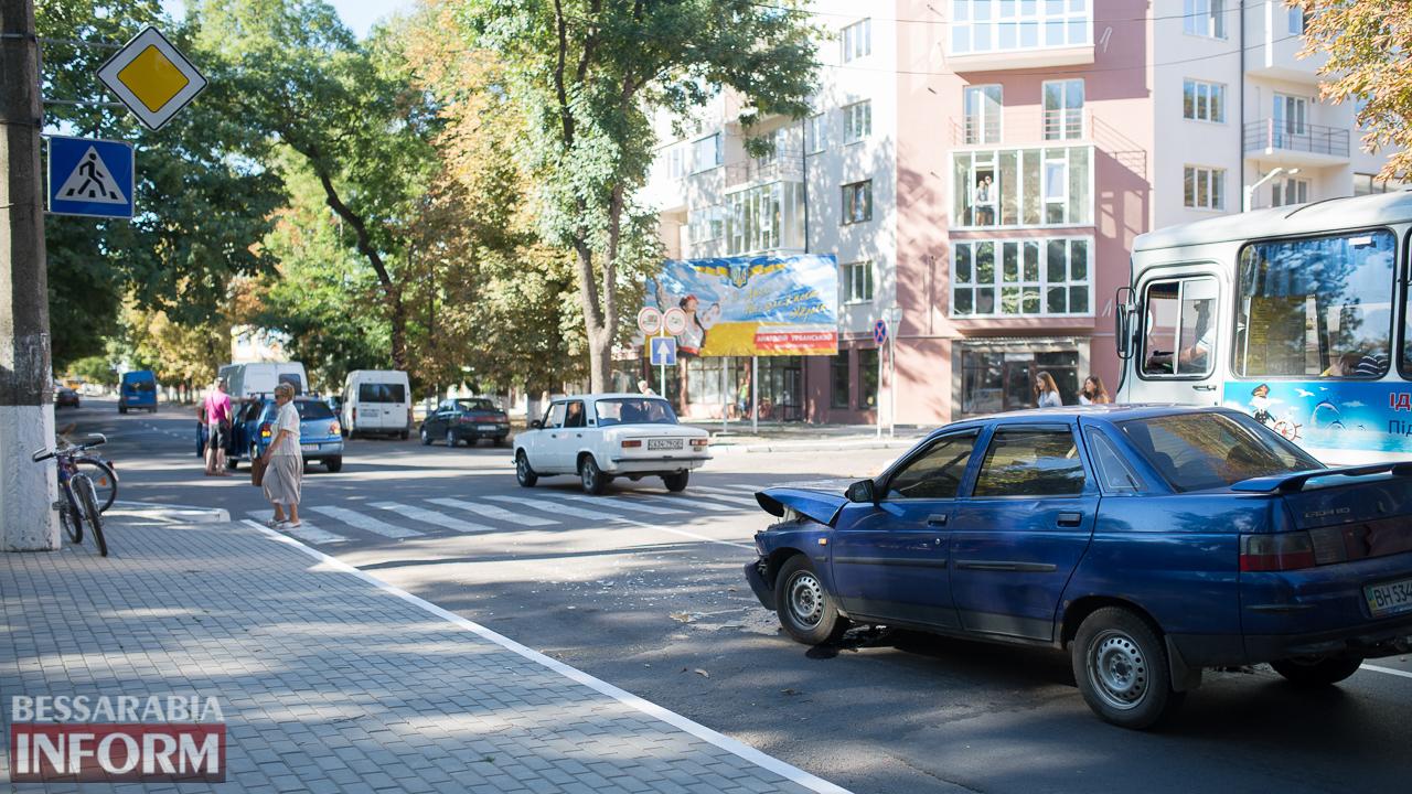 """SME_1445 ДТП на проспекте Суворова в Измаиле: ВАЗ """"догнал"""" Volkswagen"""