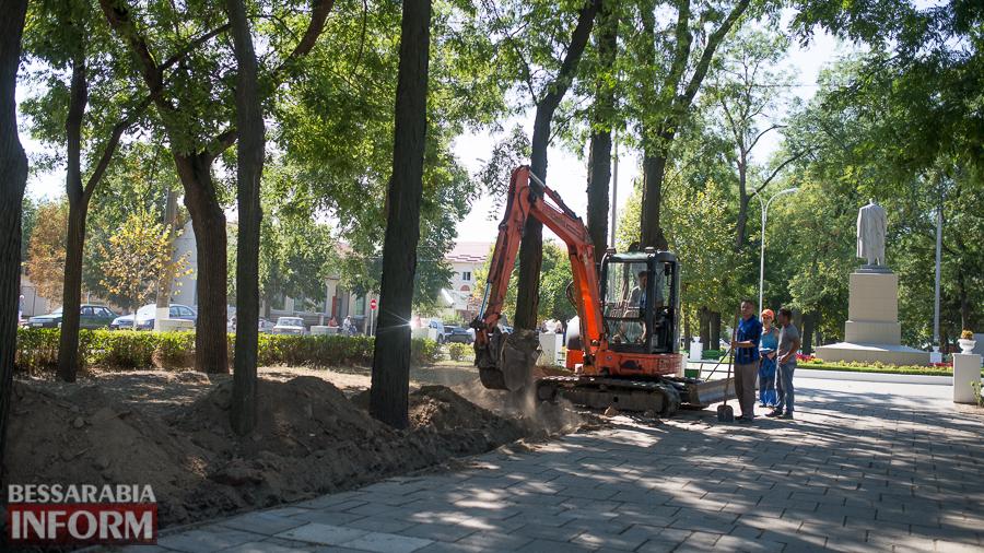 SME_3163 Измаил: на проспекте Суворова появились специальные лунки для саженцев и новые фонарные столбы (ФОТО)