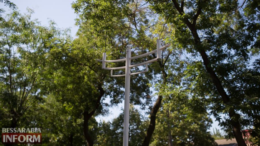 SME_3168 Измаил: на проспекте Суворова появились специальные лунки для саженцев и новые фонарные столбы (ФОТО)