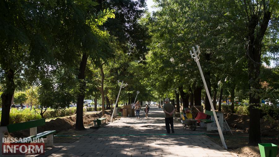 SME_3171 Измаил: на проспекте Суворова появились специальные лунки для саженцев и новые фонарные столбы (ФОТО)