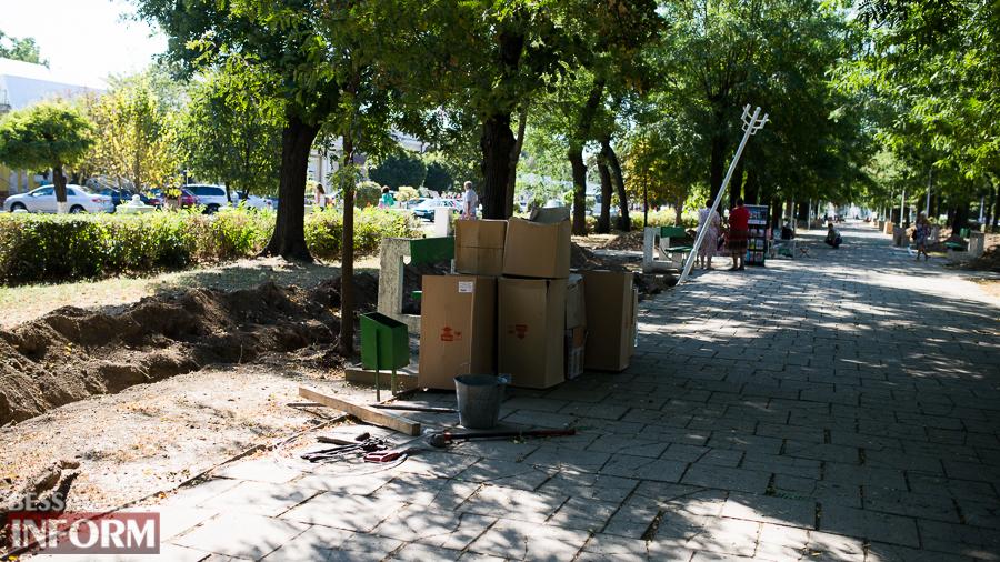 SME_3176 Измаил: на проспекте Суворова появились специальные лунки для саженцев и новые фонарные столбы (ФОТО)