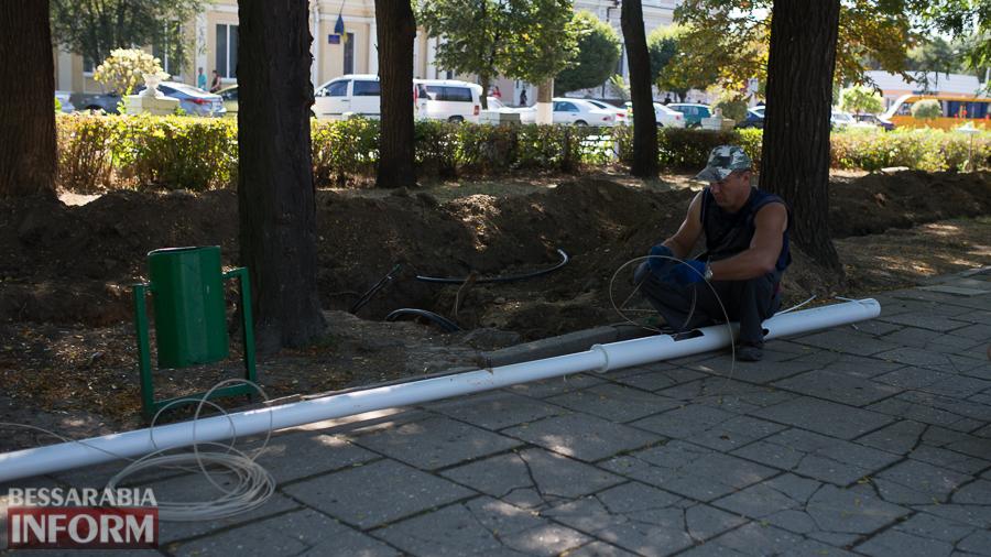 Измаил: на проспекте Суворова появились специальные лунки для саженцев и новые фонарные столбы (ФОТО)