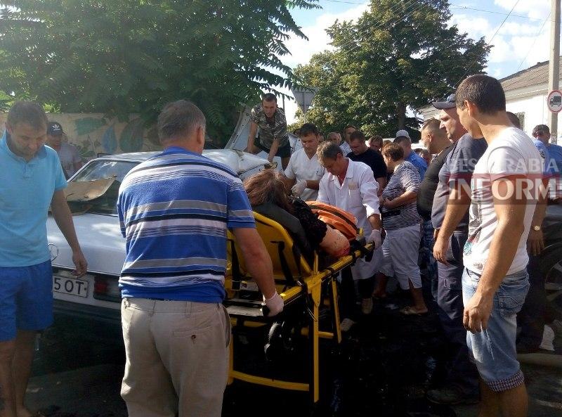 f3Q71FK0wkg Серьезная авария в Измаиле: зажатую в машине женщину доставали два часа (ФОТО)