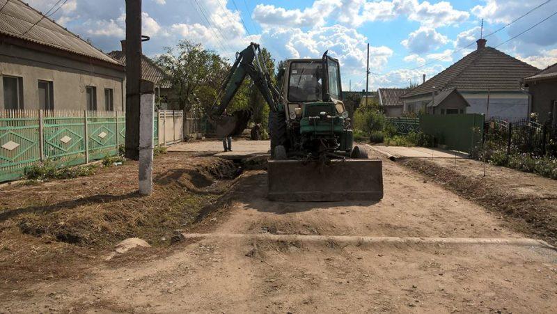 Во избежание подтоплений: в Килии взялись за расчистку городских ливнестоков