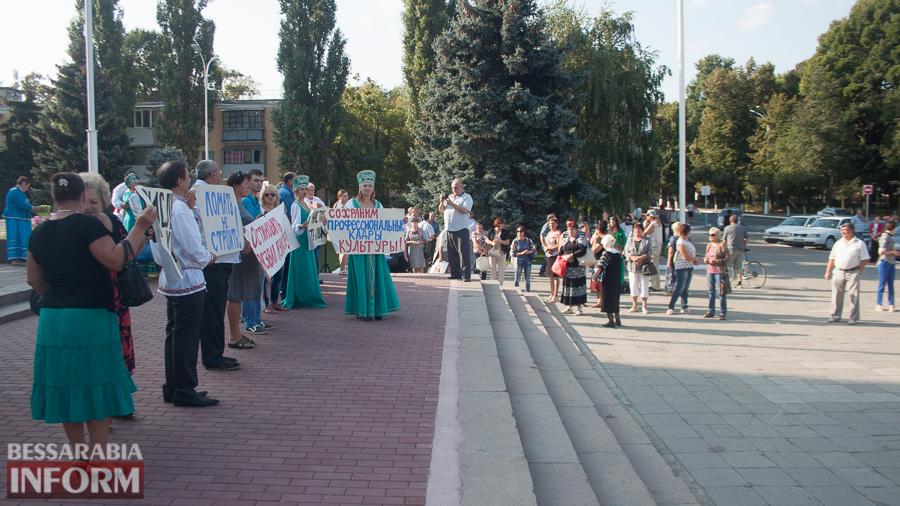 В Измаиле прошел митинг в кокошниках: районные культработники выступили против действий РГА (ФОТО)