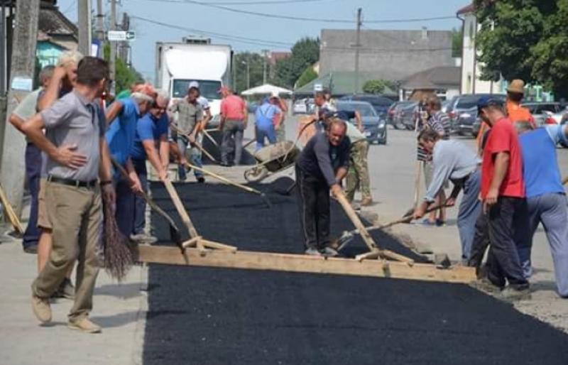 Самим дешевле: в селе на Закарпатье люди собственноручно заасфальтировали дороги (ФОТО)
