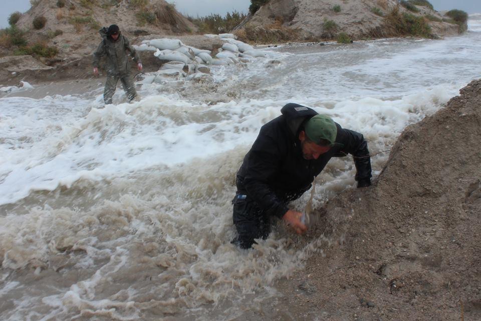 14713591_601980663321363_801707809630332266_n Природу не обманешь: шторм соединил Черное море и Тузловские лиманы (фото)