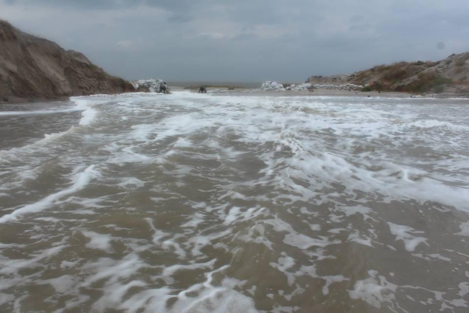 14716230_601980453321384_6393320338399132922_n Природу не обманешь: шторм соединил Черное море и Тузловские лиманы (фото)