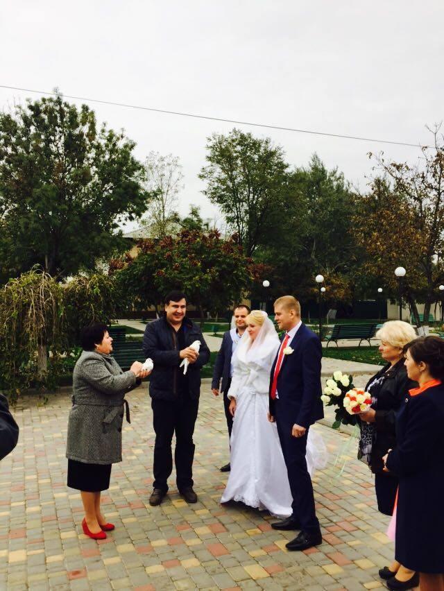 Визит Саакашвили в Килию: губернатор пообещал новую дорогу и погулял на свадьбе