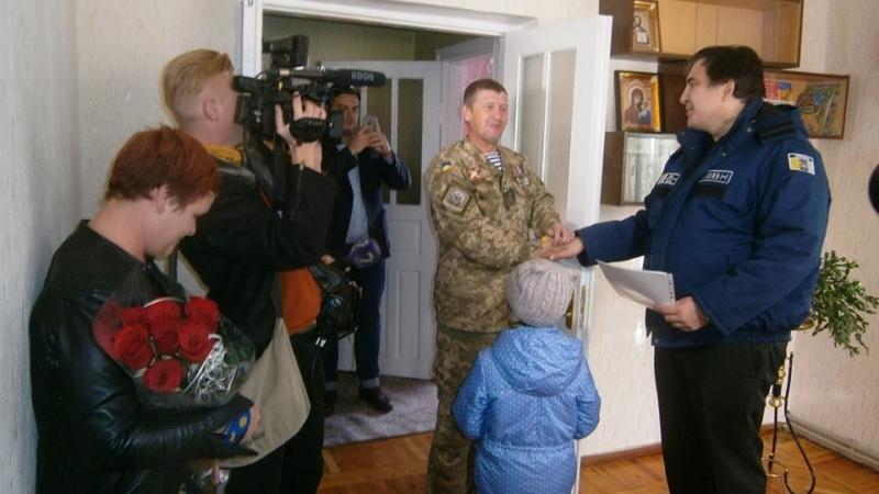 Киборг из Сараты получил новую квартиру - ключи вручал лично губернатор (фото)