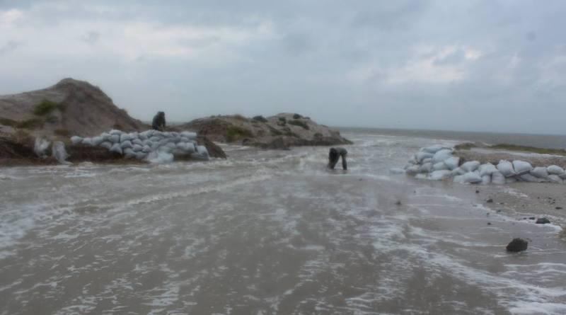 Tuzlovskie-limany-CHernoe-more Природу не обманешь: шторм соединил Черное море и Тузловские лиманы (фото)