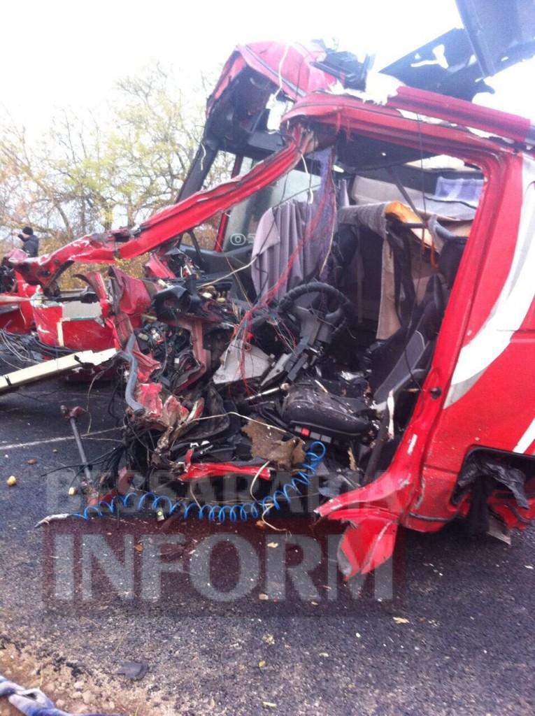 134613-765x1024 На трассе Одесса-Рени произошло смертельное ДТП с участием двух грузовиков (фото)