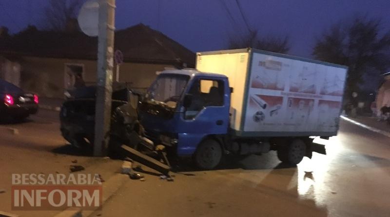 ДТП в Измаиле: возле автостанции грузовик протаранил ВАЗ (фото)