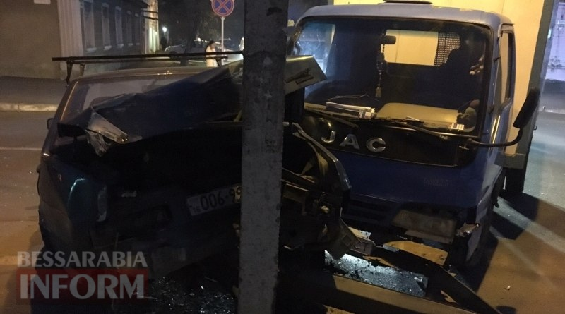 58385721992c5_2352345342 ДТП в Измаиле: возле автостанции грузовик протаранил ВАЗ (фото)